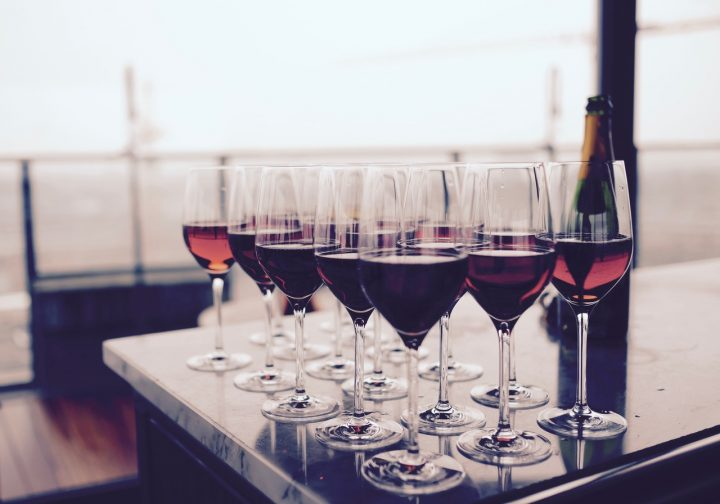 W jakich kieliszkach powinno się pić wino musujące?