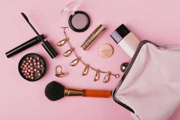 Cienie, błyszczyki, tusz – co powinien zawierać podstawowy zestaw do makijażu?