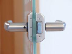 Okucia i klamki okienne, które zapewnią komfort i bezpieczeństwo
